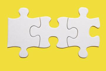 drei Puzzleteile auf gelb
