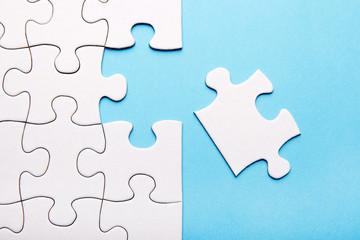 Puzzleteile auf blau