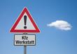 Achtung-Schild mit Wolke KFZ WERKSTATT