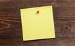 Gelber Zettel auf Holz I