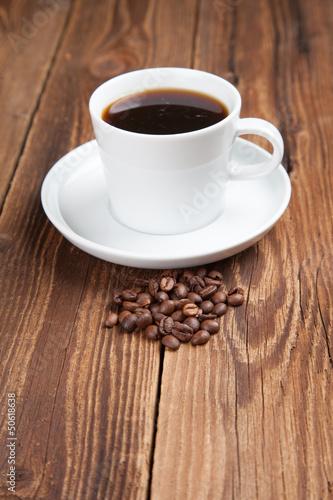 Kaffeetasse mit Bohnen auf Holz II