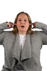 Frau hält Ohren zu