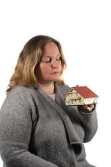 Frau plant Hausbau / Hauskauf