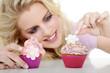 Junge hübsche Frau dekoriert lächelnd Cupcakes