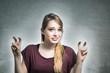 Junge Frau macht Anführungszeichen