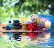 pierres, bougie camélia serviette de sel de l'huile sur l'eau