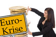 Geschäftsfrau mit Euro Münzen und Schild - Eurokrise