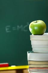 Manzana verde sobre unos libros
