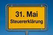 Ortsschild mit blauem Himmel 31. MAI STEUERERKLÄRUNG