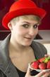 Hausfrau in der Küche mit Erdbeeren