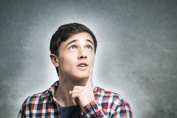 Junger Mann denkt nach