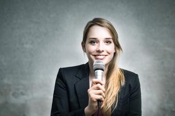 Junge Moderatorin lächelt
