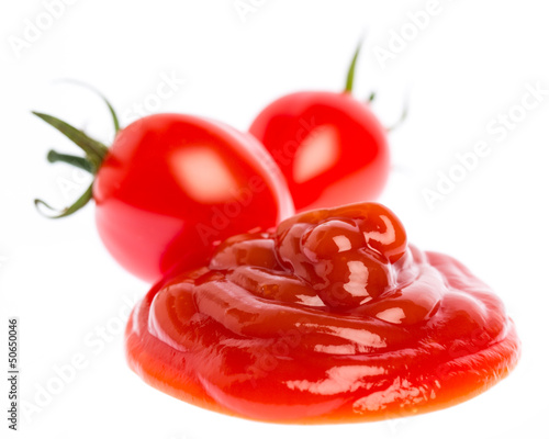Tomatenketchup mit Tomaten auf weißem Hintergrund