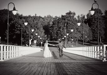 Para młoda na spacerze po molo