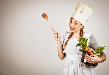 Cuoca in cucina con ortaggi