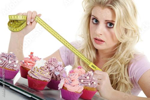 Frau macht Diät und zeigt Maßband, Kampf den Kalorien