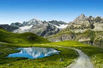 Niesamowity widok na turystycznym szlaku w pobliżu Matterhorn w Alpach