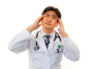 頭痛に苦しむ医師