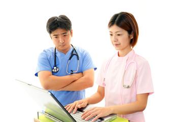 議論する二人の医師