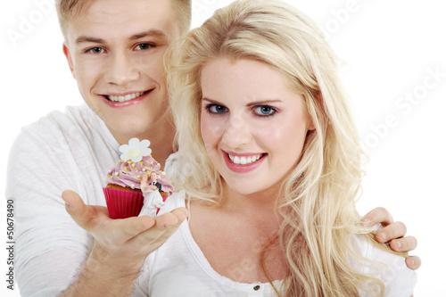 Junges Paar, Mann macht Heiratsantrag mit Cupcake