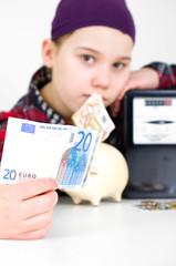 Mädchen bezahlt Stromrechnung