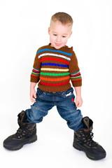 Kleiner Junge in Papas Fußstapfen