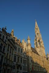 Belfried des Brüsseler Rathauses und Bürgerhäuser am Grand Place