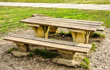 Mesa y bancos de madera en la montaña