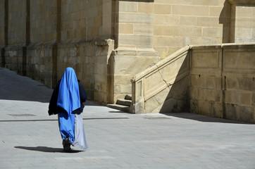 Monja con hábito azul