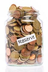 Viele Euro Münzen in einem Glas als Reserve