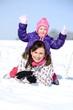 mère et bébé jouant en hiver