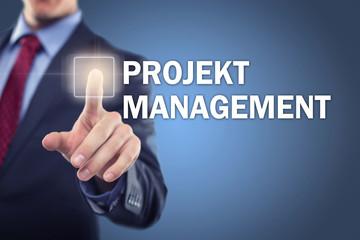 Mann tippt auf Interface Projektmanagement