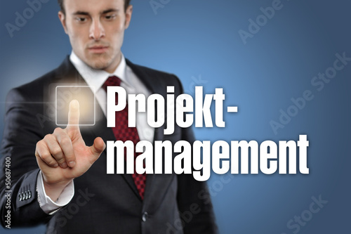Mann tippt auf Interface Projektmanagement