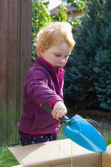 Gartenarbeit - Mädchen hilft