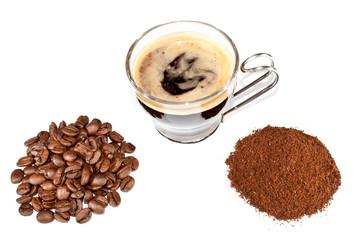 Kaffeebohnen, Kaffeepulver und ein Espresso