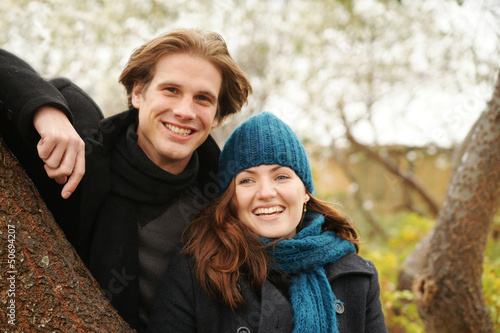 Young Couple in Autumn Junges Paar im Herbst