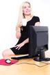 blonde Frau am Arbeitsplatz
