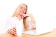 blonde Frau am Schreibtisch