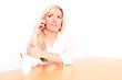 blonde Frau telefoniert