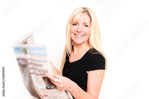 blonde Frau ließt Zeitung
