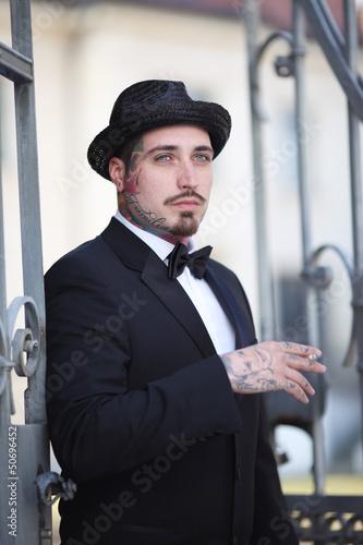 tätowierter Mann im Anzug