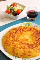 Tortilla de patatas con vino y ensalada