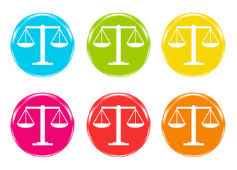 Iconos con la balanza de la justicia en diferentes colores