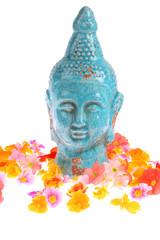 Buddha Figur mit Blüten - buddha statue with flowers