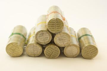 Monedas en envases de plástico