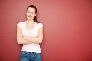 Attraktive junge Frau vor rotem Hintergrund