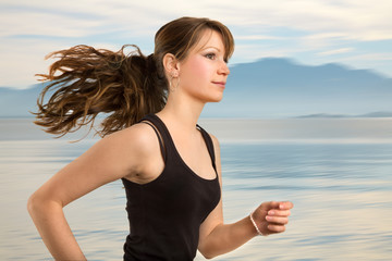 Junge Frau beim Jogging am See