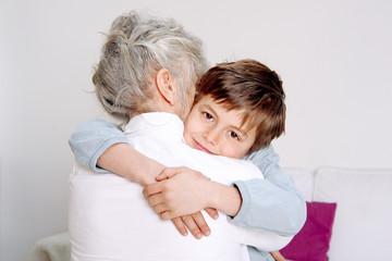 Oma und Enkel umarmen sich