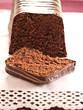 Schokoladenkuchen mit einer Scheibe Kuchen im Vordergrund.