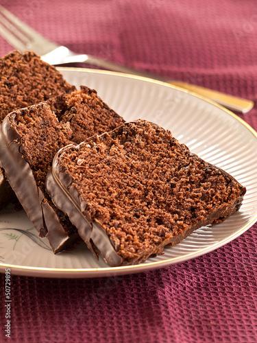 Schokoladenkuchenscheiben auf einem Teller angerichtet.